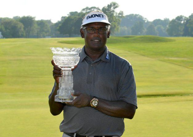 Vijay Singh posa con el trofeo del Constellation SENIOR PLAYERS. © PGA Tour Champions