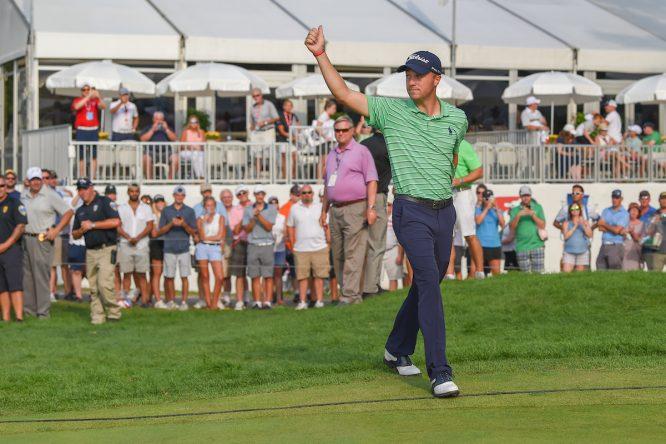 Justin Thomas saluda al público en Akron durante la entrega de premios. © Golffile | Ken Murray