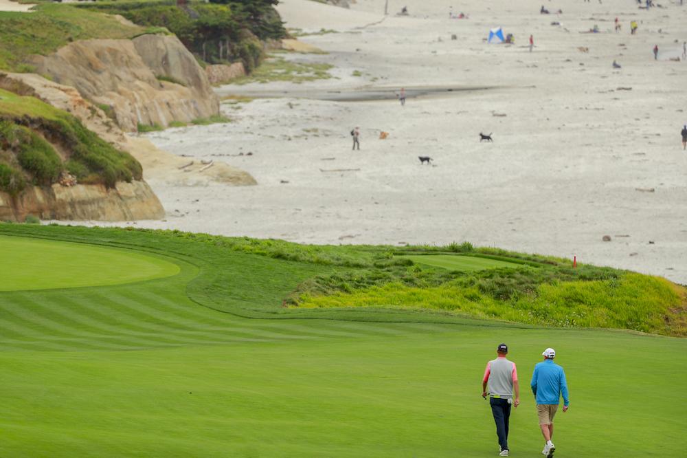 Bonita imagen de dos jugadores en Pebble Beach durante la primera vuelta del US Amateur. Copyright USGA/Chris Keane