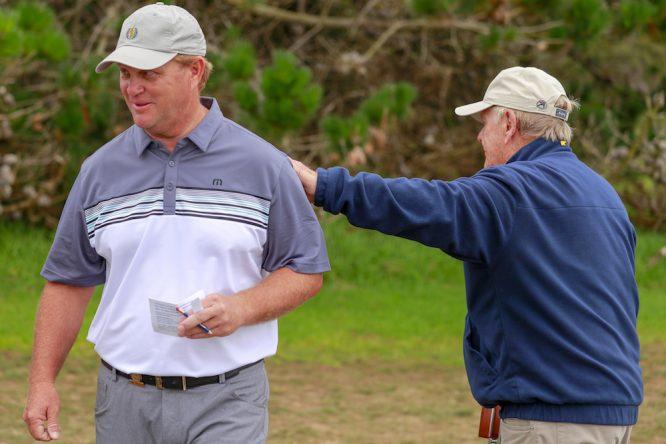 Jack Nicklaus felicita a su hijo Gary Nicklaus durante la segunda ronda del US Amateur. Copyright USGA/Chris Keane