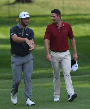 Jon Rahm dialoga con Justin Rose a la llegada al green del hoyo 18. © Golffile | Tom Russo