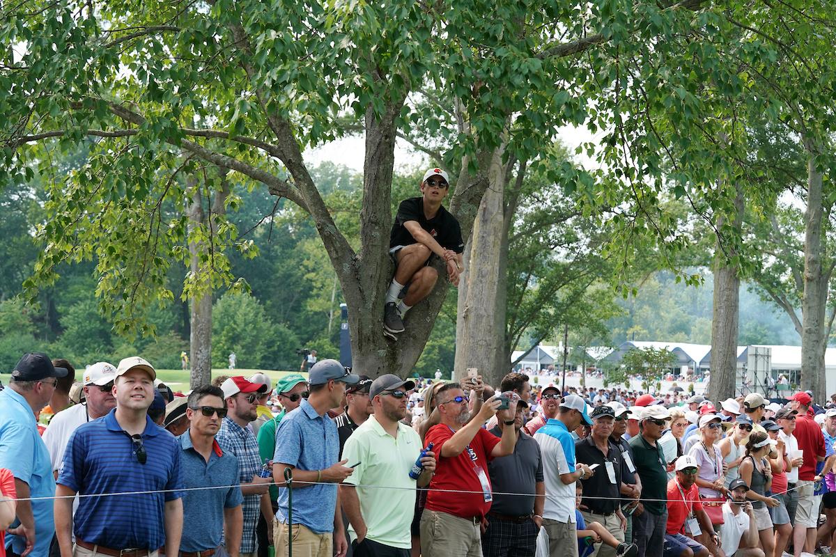 Cualquier ángulo era bueno para seguir la espectacular vuelta de Tiger Woods ayer en el PGA. © Golffile   Brian Spurlock
