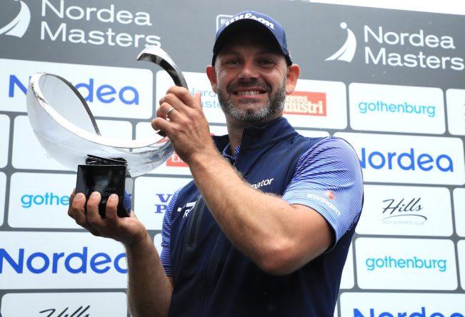 Paul Waring posa con el trofeo de ganador del Nordea Masters. © Twitter European Tour