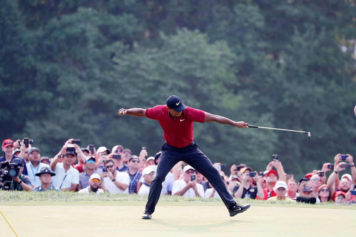 Tiger Woods celebra por todo lo alto el putt de birdie en el hoyo 18. © Golffile | Brian Spurlock