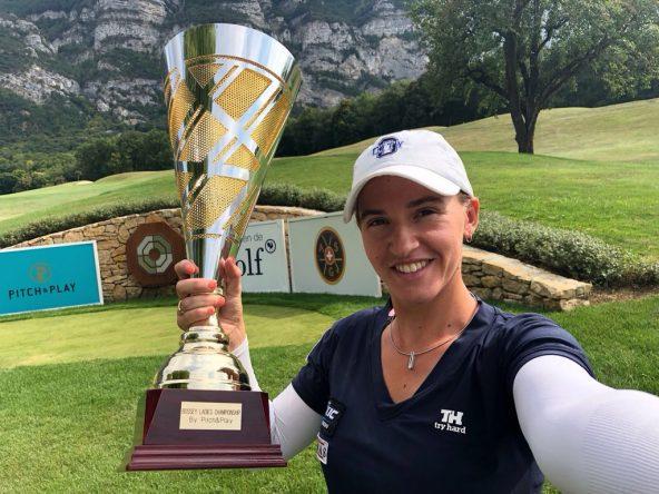 Elia Folch posa con el trofeo de campeona en el Bossey Ladies Championship.