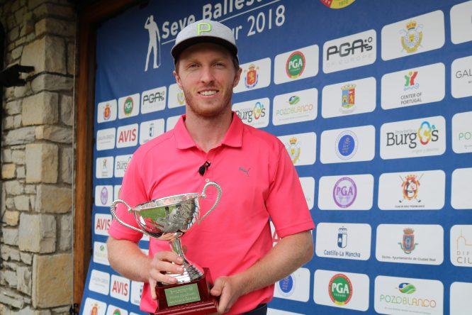 Jacobo Pastor con el trofeo de ganador del Seve Ballesteros PGA Tour 2018 en Neguri.