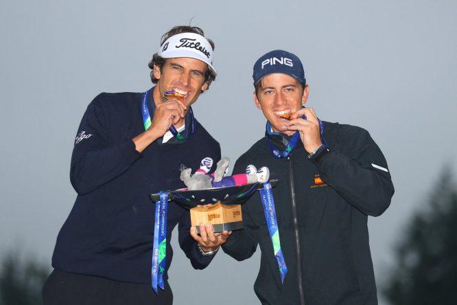 Pedro Oriol y Scott Fernández, con la medalla de oro y el trofeo de campeones. © European Tour