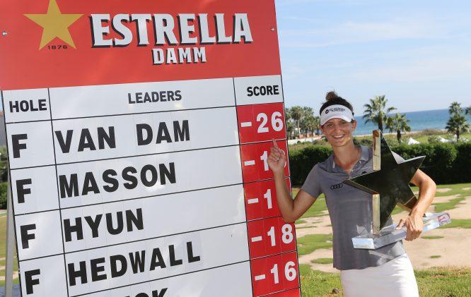 Anne Van Dam posa ante su impresionante resultado de campeona en el Golf Terramar. © Jorge Andreu