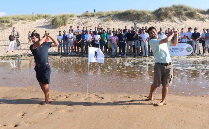 Javier y Miguel Ballesteros, hijos de Seve, golpean con el hierro 3 en la playa de Somo.