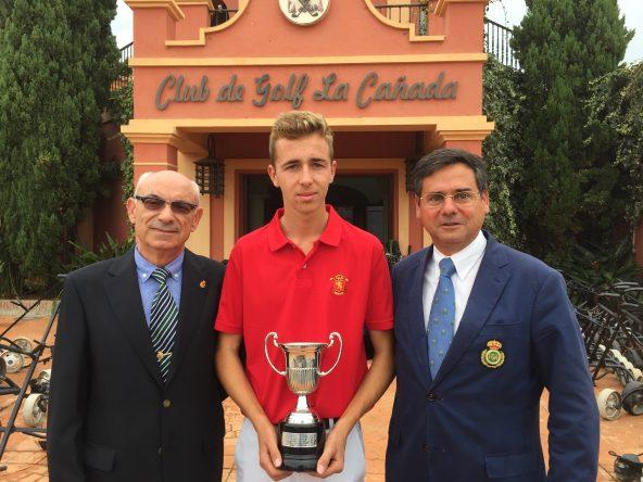 David Puig posa con el trofeo conquistado junto con el presidente de la Real Federación Andaluza, Pablo Mansilla. © Jesús de Colsa