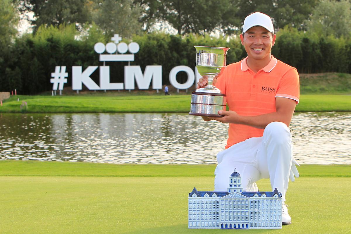 Ashun Wu posa con el trofeo de ganador del KLM Open. © Golffile   Thos Caffrey