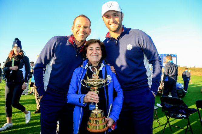 María Acacia López-Bachiller, jefa de prensa del European Tour en España, junto a Sergio García y Jon Rahm. © Golffile | Fran Caffrey