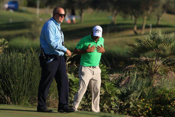 Pablo Larrazábal, en plena controversia con el árbitro en el hoyo 18. © Golffile | Thos Caffrey