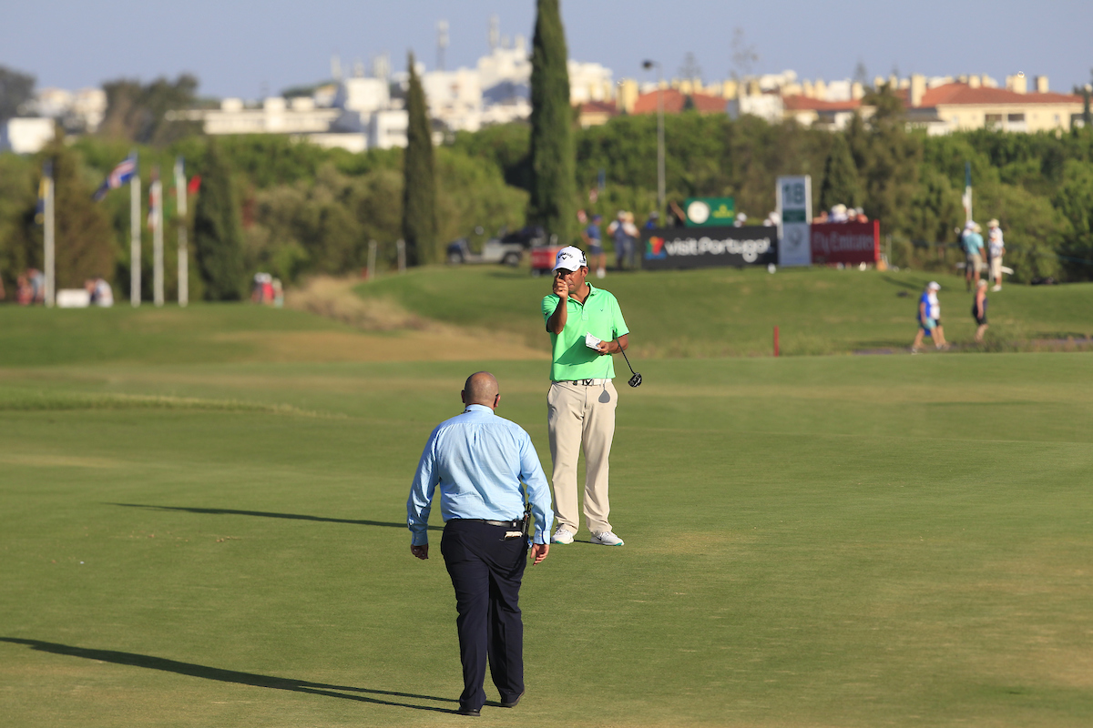 Pablo Larrazábal dialoga con el árbitro. © Golffile | Thos Caffrey