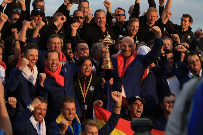 Thomas Bjorn, capitán del equipo europeo celebra la victoria en la Ryder Cup con todos sus jugadores y los greenkeepers del Golf National. © Golffile   Thos Caffrey