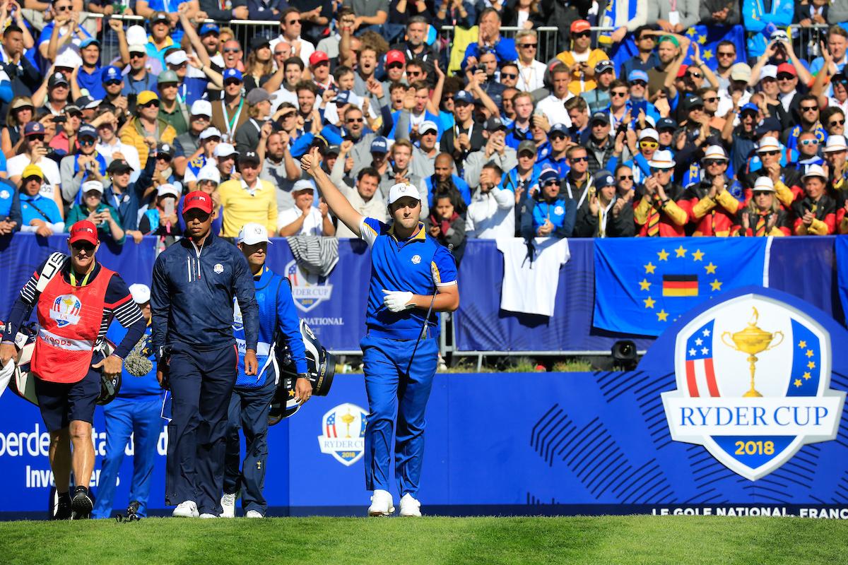 Jon Rahm saluda en el tee del hoyo 1 antes de jugar su individual ante Tiger Woods. © Phil Inglis | Golffile