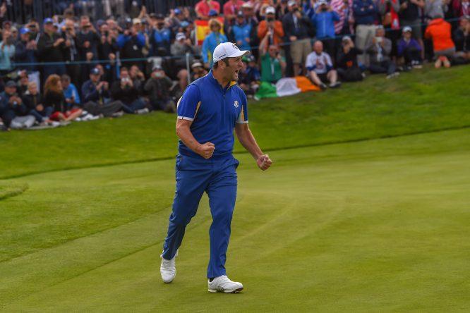 Jon Rahm celebra el putt ganador contra Tiger Woods. © Golffile | Ken Murray