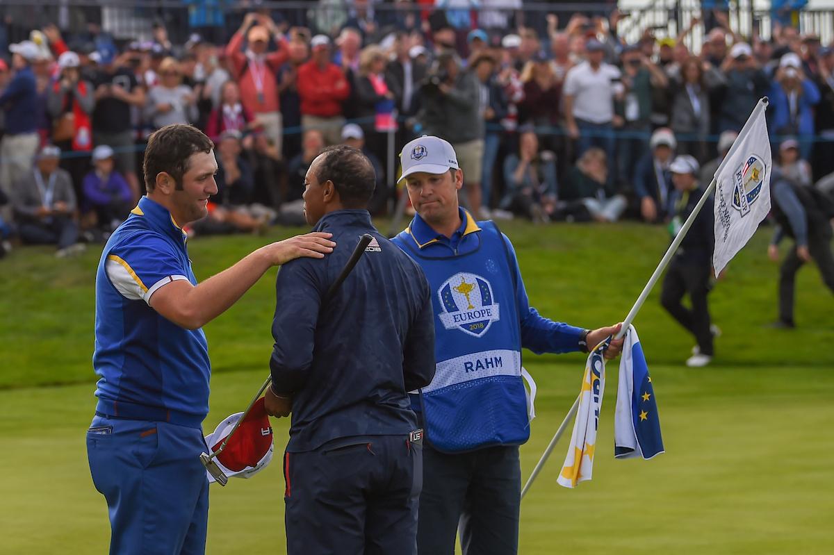 Jon Rahm saluda a Tiger tras derrotarlo en el hoyo 17. © Golffile | Ken Murray