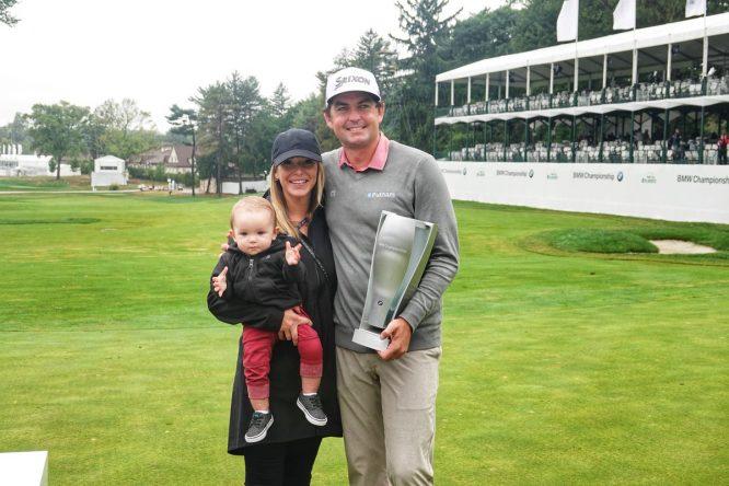 Keegan Bradley posa con el trofeo de campeón junto a su familia. © PGA Tour