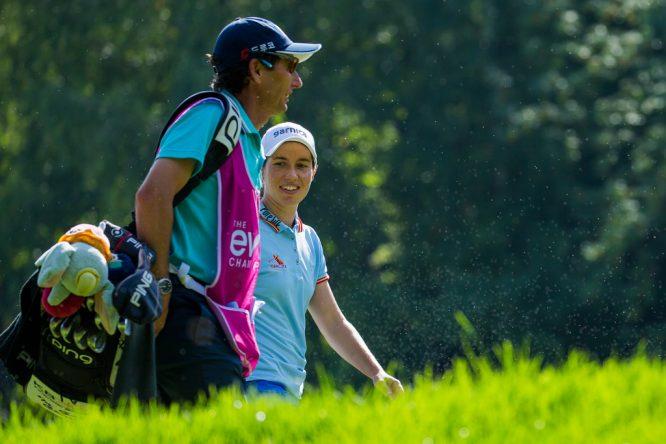 Carlota Ciganda dialoga con el caddie de In Gee Chun durante su primera ronda en el Evian Championship. © Tristan Jones