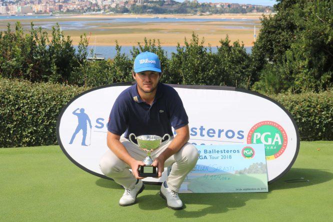Juan Sarasti posa con el trofeo de campeón.