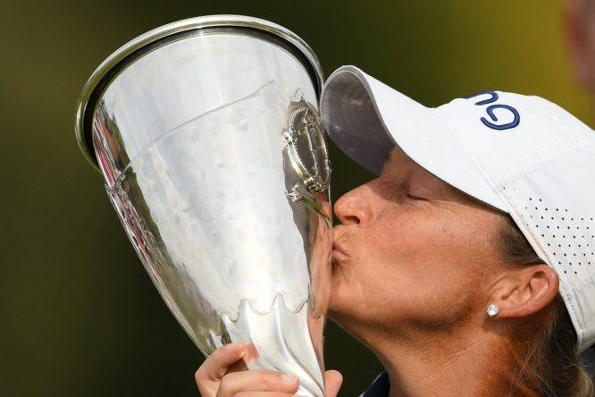 Angela Stanford besa el trofeo de campeona del Evian Championship. © EVIAN