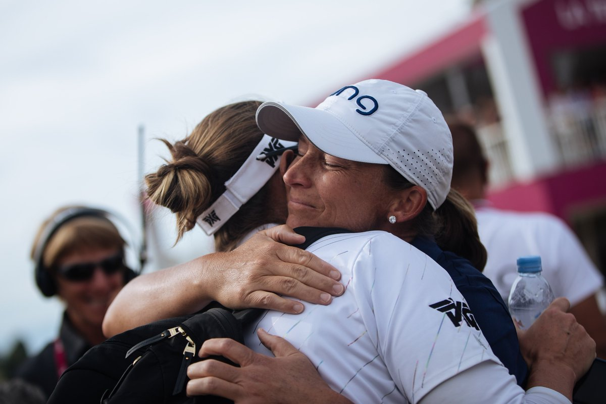 Stanford recibe el abrazo de su paisana y amiga Brittany Lang. © LPGA