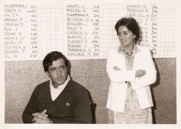 María Acacia López-Ballicher escucha a Severiano Ballesteros en una rueda de prensa en El Prat en 1984. ©María Acacia López-Bachiller