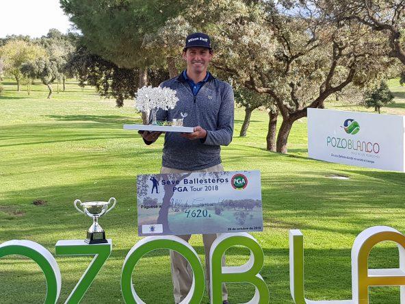 Afredo García Heredia posa con el trofeo de ganador del I Campeonato Match-Play PGA de España. © Jesús Ruiz.