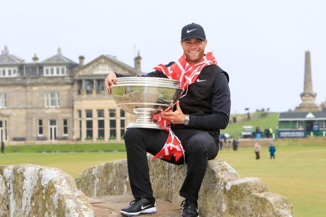 Lucas Bjerregaard posa con el trofeo de ganador del Alfred Dunhill Links Championship. © Golffile   Thos Caffrey
