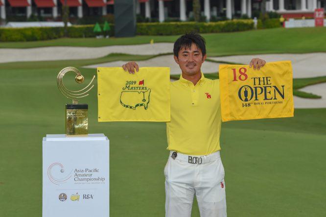 Takumi Kanaya posa con el trofeo del Asia-Pacific Amateur Championship y las banderas del Masters y del Open. © Golffile | Ken Murray