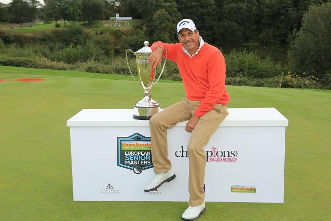 Santi Luna posa con el trofeo de campeón en Inglaterra. © Getty Images