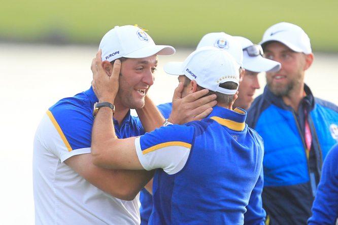 Sergio García y Jon Rahm celebran la victoria de Europa. © Golffile | Thos Caffrey