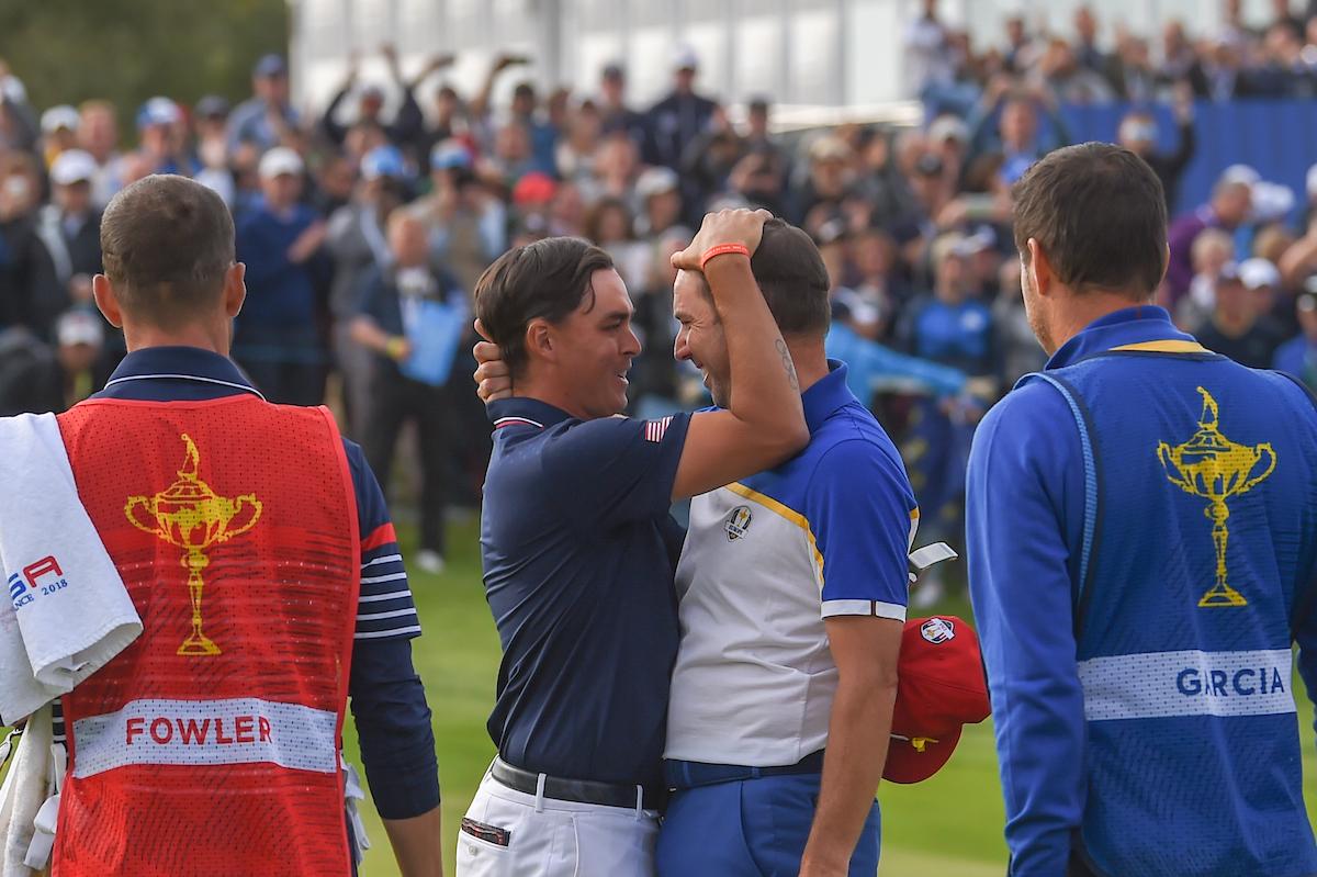 Sergio García recibe el cariñoso abrazo de Rickie Fowler tras el individual. © Golffile | Ken Murray