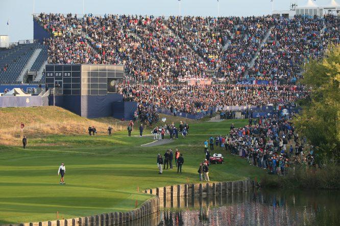 Vista de la grada del hoyo 1 del Golf National durante la Ryder Cup 2018. © Golffile | David Lloyd