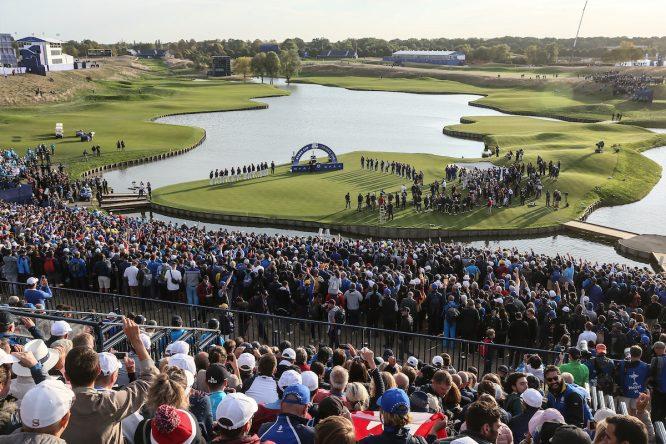 Vista del green del hoyo 18 del Golf National durante la entrega del trofeo de la Ryder Cup al equipo europeo. © Golffile | David Lloyd