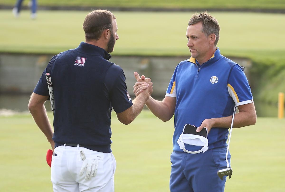 Dustin Johnson felicita a Ian Poulter tras perder su duelo con el inglés en los individuales del domingo de la Ryder Cup. © Golffile | David Lloyd