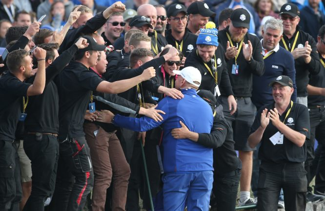 Thomas Bjorn se abraza con los greenkeepers del Golf National de París tras la victoria. © Golffile | David Lloyd