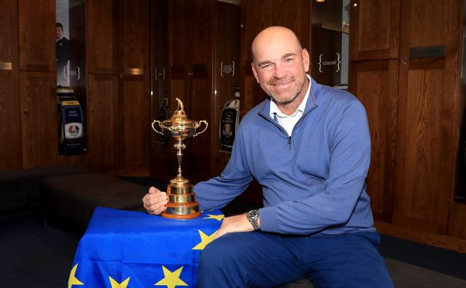 Thomas Bjorn con el trofeo de la Ryder Cup 2018. © Getty Images