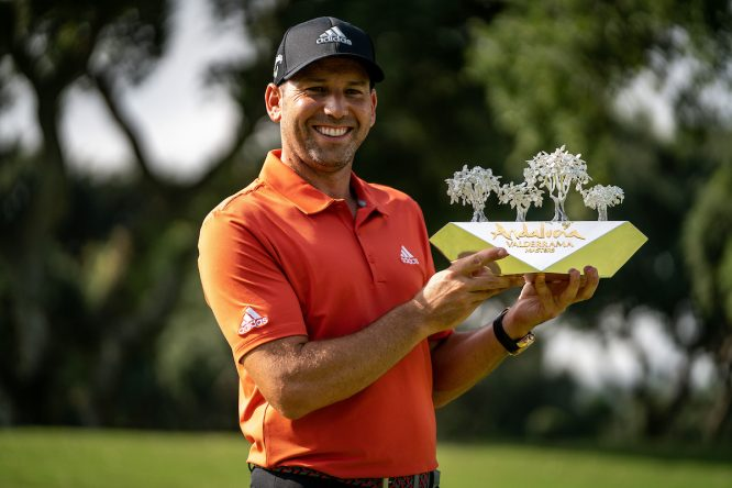 Sergio García posa con el trofeo de campeón del Andalucía Valderrama Masters. © Golffile | Eoin Clarke