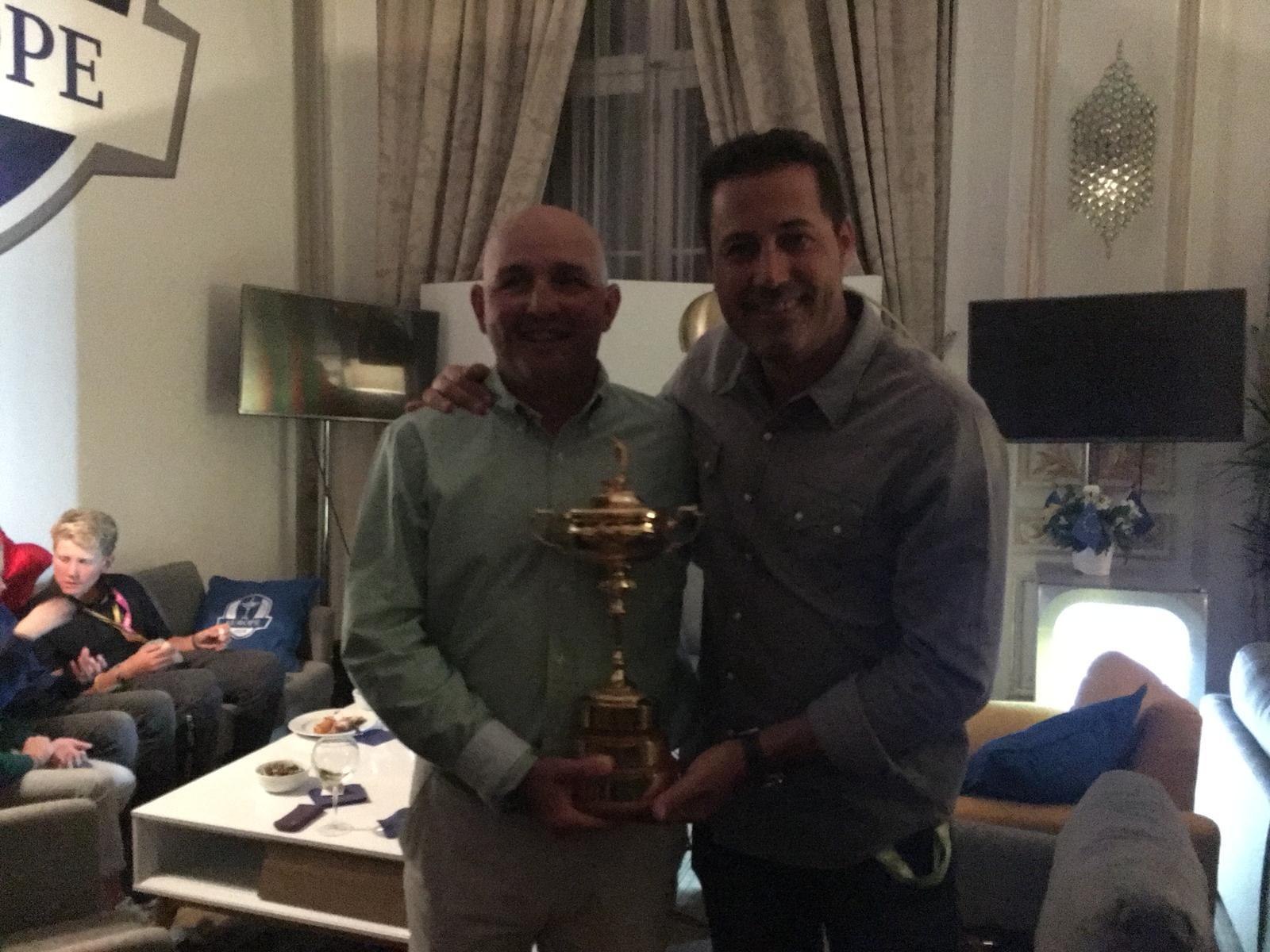 Con la Copa y Víctor García. © Pello Iguarán