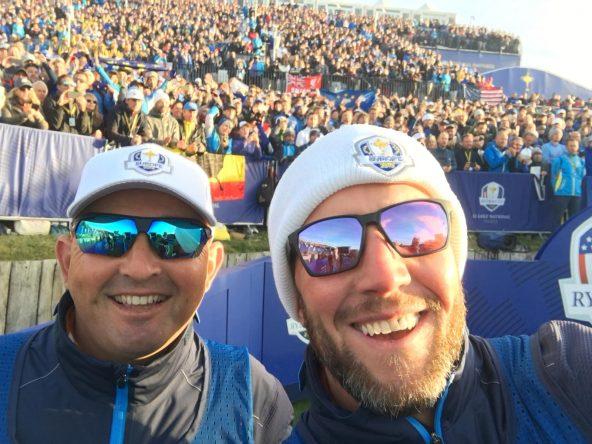 Foto mágica: con Ian, caddie de Fleetwood, selfie en el tee del 1 antes de jugar el sábado. © Pello Iguarán