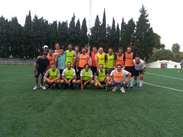Los jugadores del partido de fútbol en Guadiaro.