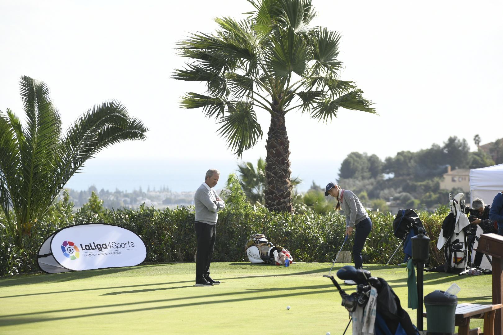 Azahara, trabajando junto a Marcelo Prieto en el putting green de La Quinta. © RFEG