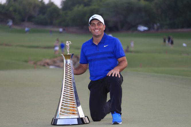 Francesco Molinari posa con el trofeo de ganador de la Race to Dubai. © Golffile | Fran Caffrey