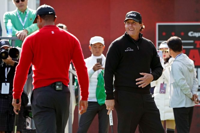 Phil Mickelson, sonriendo junto a Tiger © The Match
