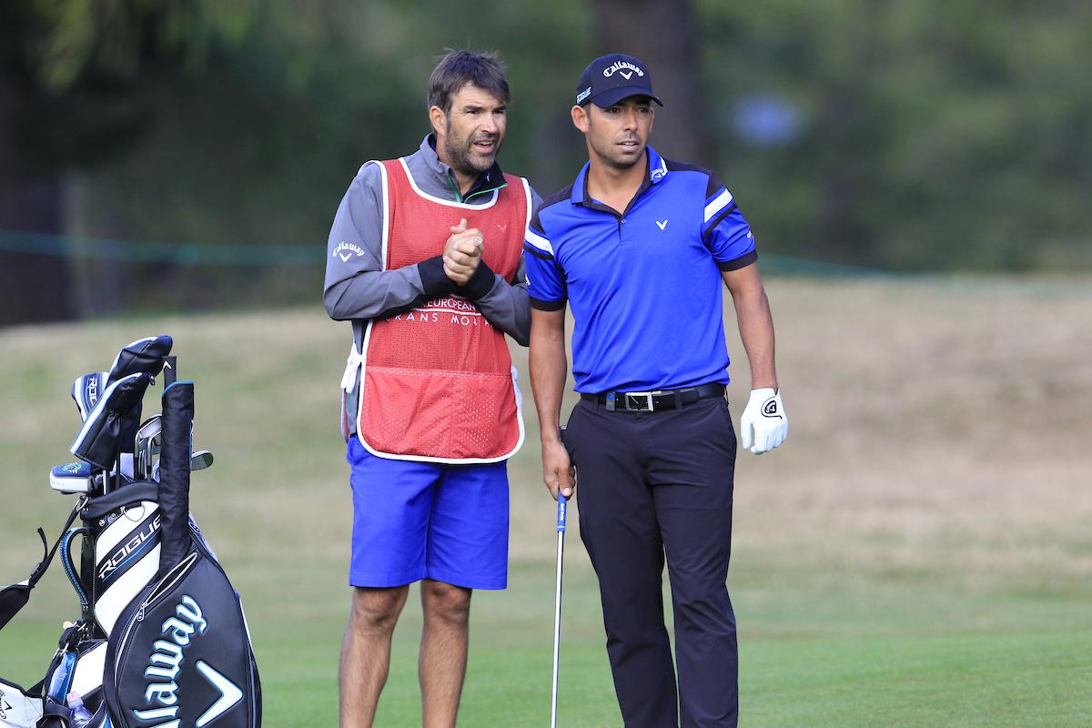 Pablo Larrazábal y su caddie Raúl Quirós en el Omega European Masters. © Golffile | Eoin Clarke