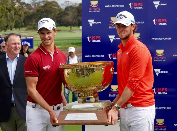 Thomas Pieters y Thomas Detry posan con el trofeo del ISPS Handa Melbourne World Cup of Golf. © Twitter PGA Tour