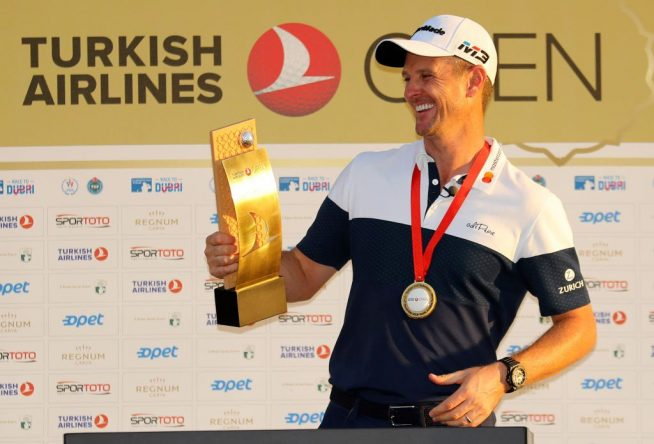Justin Rose posa con el trofeo de ganador del Turkish Airlines Open. © Twitter European Tour