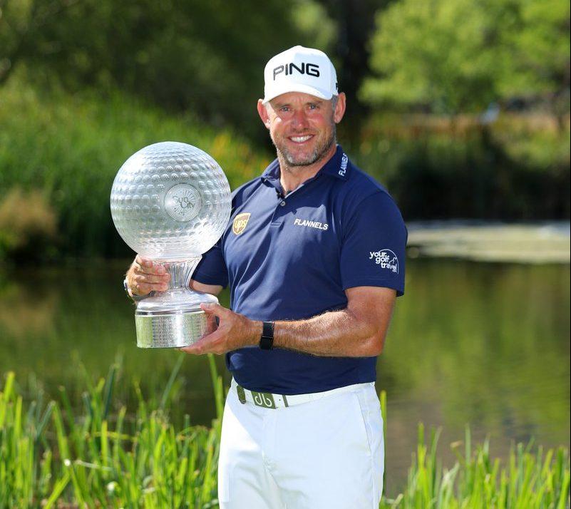 Lee Westwood posa con el trofeo de ganador del Nedbank Golf Challenge. © European Tour